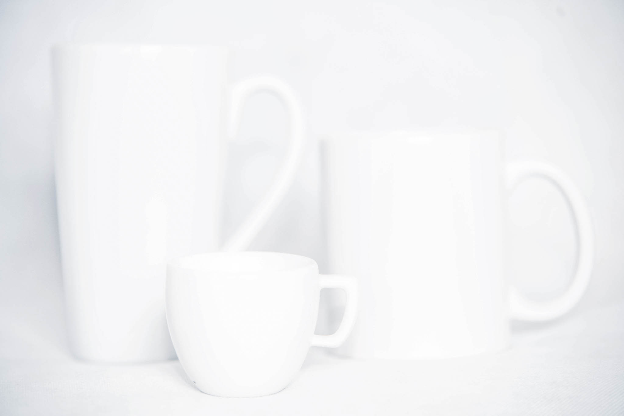 White mugs photographed by Michal Vörös