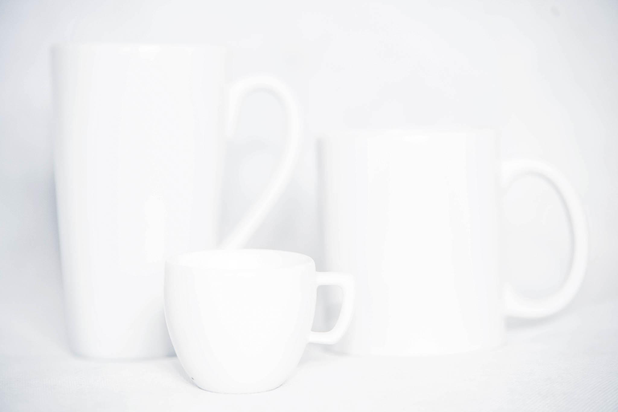 White mugs photographed by Michal Vörös